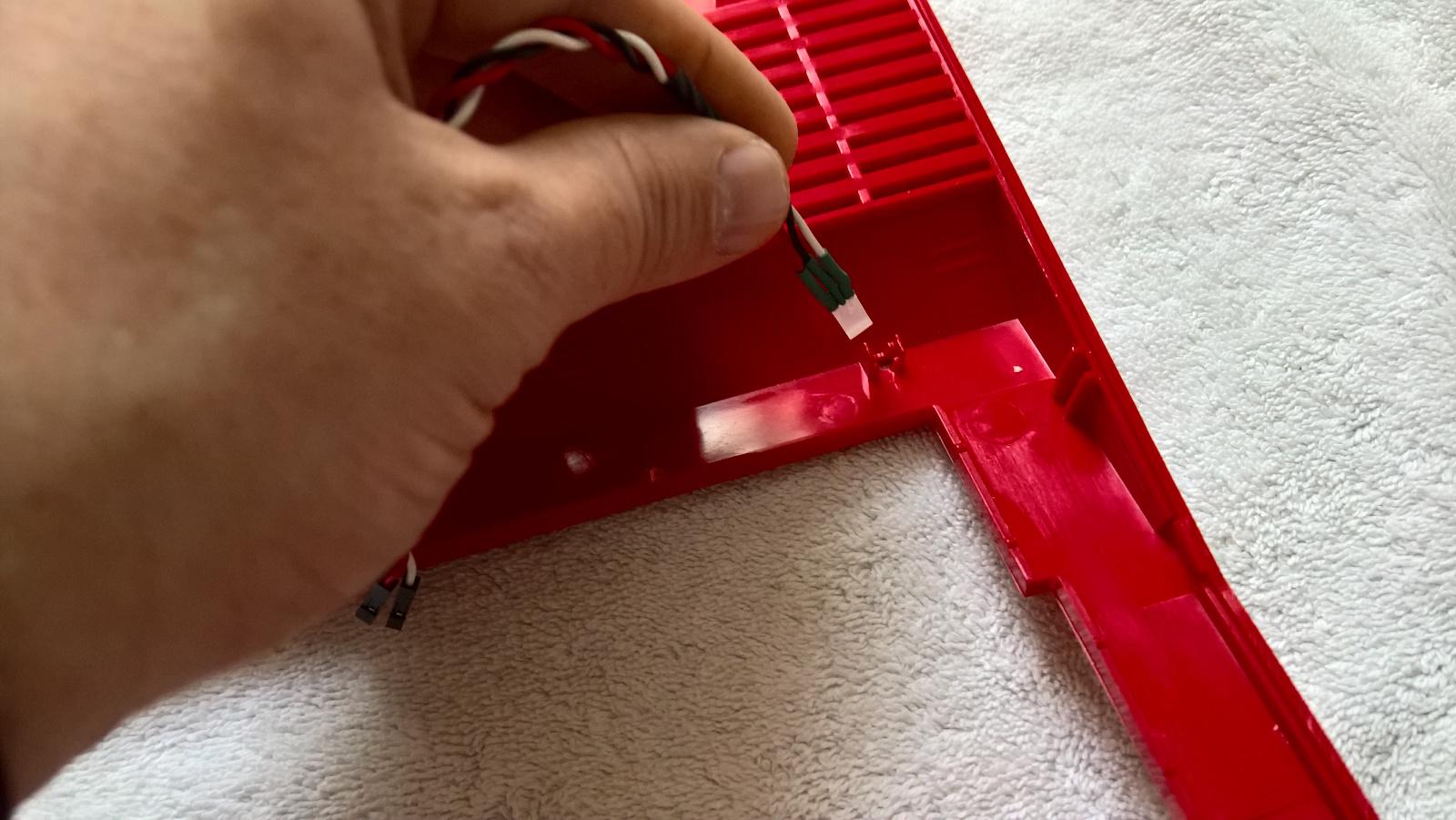 Einführen des LED ins ks64 Case. (Bild: Stefan Vogt)