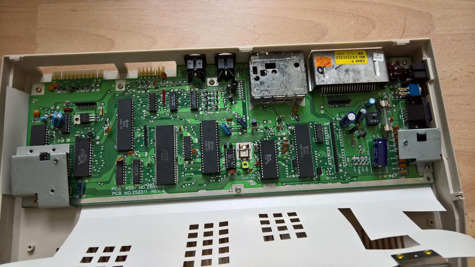 Das Mainboard mit defektem Farb-RAM. (Bild: Stefan Vogt)