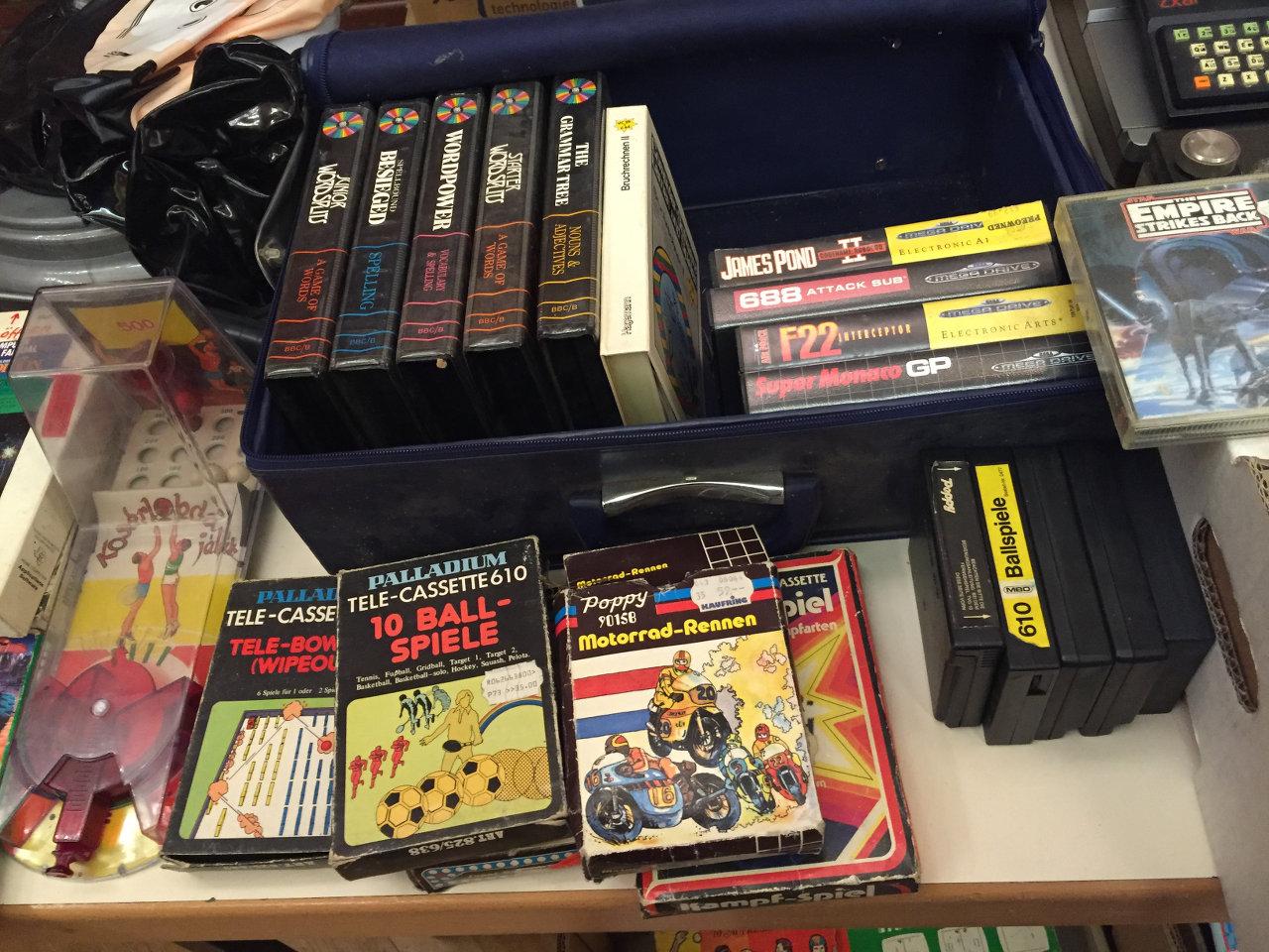 Spiele für die Palladium-Konsole, das Sega Mega Drive und weitere Systeme. (Bild: André Eymann)