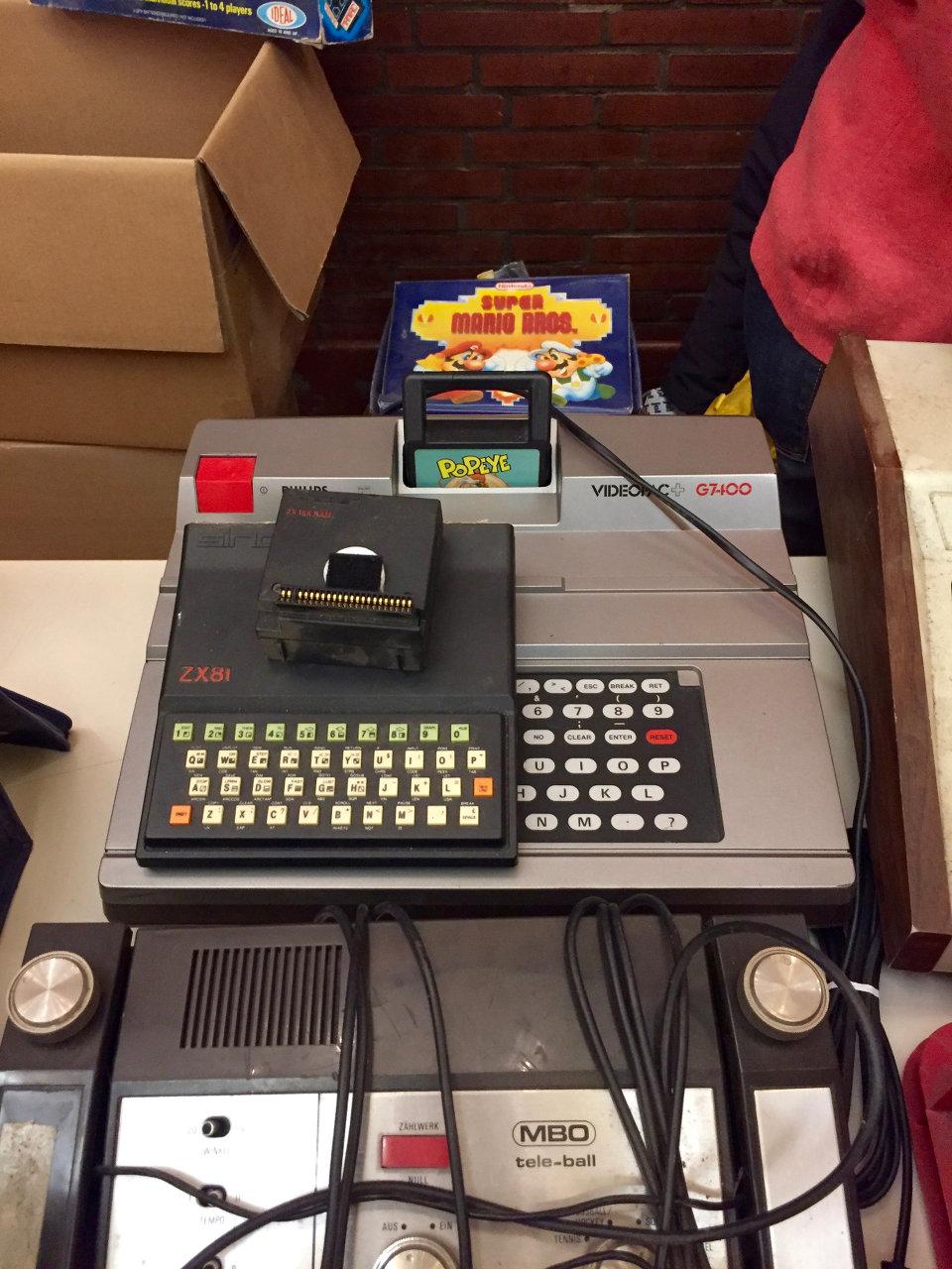 Gruppenbild mit Pong-Konsole, ZX81 und einem Philips Videopac G7400. (Bild: André Eymann)