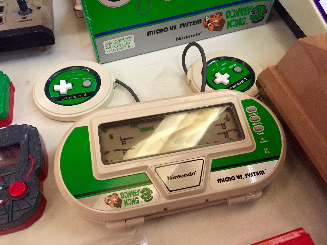 Nintendos Donkey Kong 3 als mobiles Handheld mit zwei Controllern. (Bild: André Eymann)