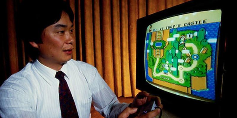 Shigeru Miyamoto präsentiert Super Mario World am NES. (Bild: ciberculturaconvos.blogspot.de)