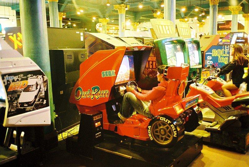 Fast wie auf dem Highway: Outrun von Sega simuliert in der Spielhalle einen echten Rennwagen. (Bild: André Eymann)