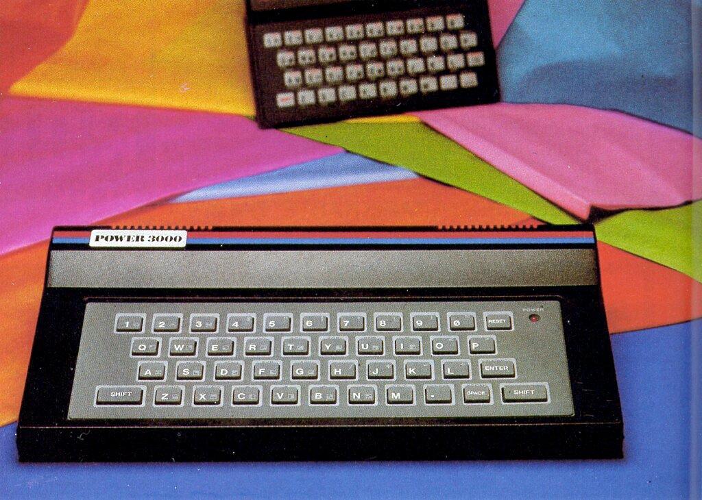 Der Power 3000 von Creon Enterprises. Ein ZX81 für 38 Dollar inklusive Monitoranschluß. Im Hintergrund des Fotos ist sein Vorbild, der ZX81, zu sehen. (Bild: Vogel-Verlag)
