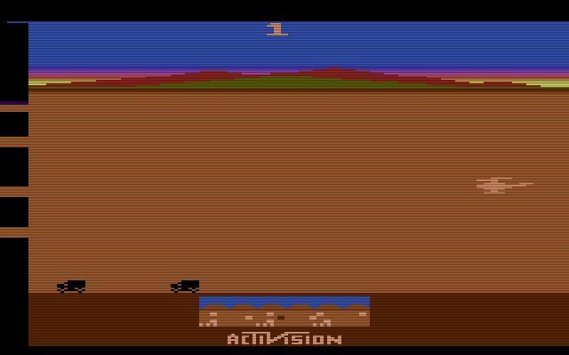 Chopper Command von Activision erschien 1982. Das Spiel wurde von Bob Whitehead entwickelt und ähnelte dem bekannten Titel Defender. Ziel des Spielers war es, den Convoy am Boden vor Luftangriffen zu beschützen. (Bild: Activision)