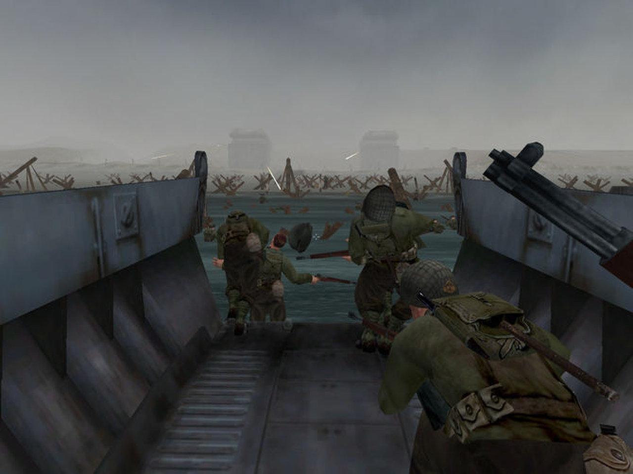 """MoHAA: D-Day vor der Küste der Normandie am Strandabschnitt """"Omaha Beach"""". Im Hintergrund sind die schweren und gut befestigten Geschütztürme der Deutschen zu sehen. Wer möchte hier schon gerne auf dem Landungsboot sein? Die Szene erinnert stark an den Film """"Der Soldat James Ryan"""". (Bild: Activision)"""