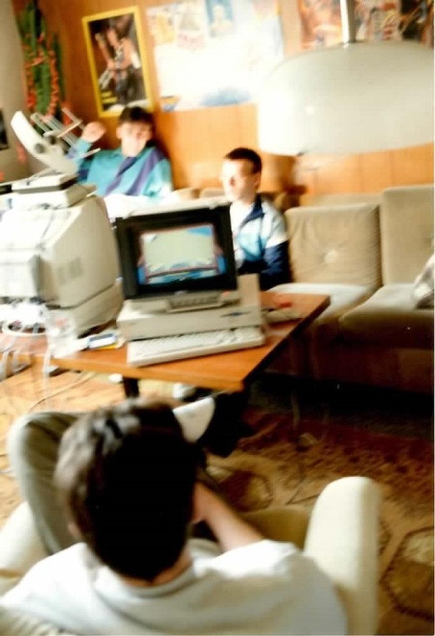 Das Bild ist leider verschwommen. Aber es gibt leider keine anderen aus der Amiga-Zeit. Es wurde Anfang 1990 aufgenommen. Es zeigt Stunt Car Racer, dass wir vernetzt, mit zwei über ein Nullmodem-Kabel verbundenen Amiga 1000 gespielt haben. Im Vordergrund ist Nicolas zu sehen, der schon immer ein Faible für Rennspiele hatte. Im Hintergrund fährt Dirk, der später das Netzwerk –Café eröffnen sollte. Links neben ihm sitzt mein Bruder Thomas und schaut zu. Thomas hat sich schon immer für Sportspiele; insbesondere Fußballspiele interessiert. (Bild: Michael Müller)