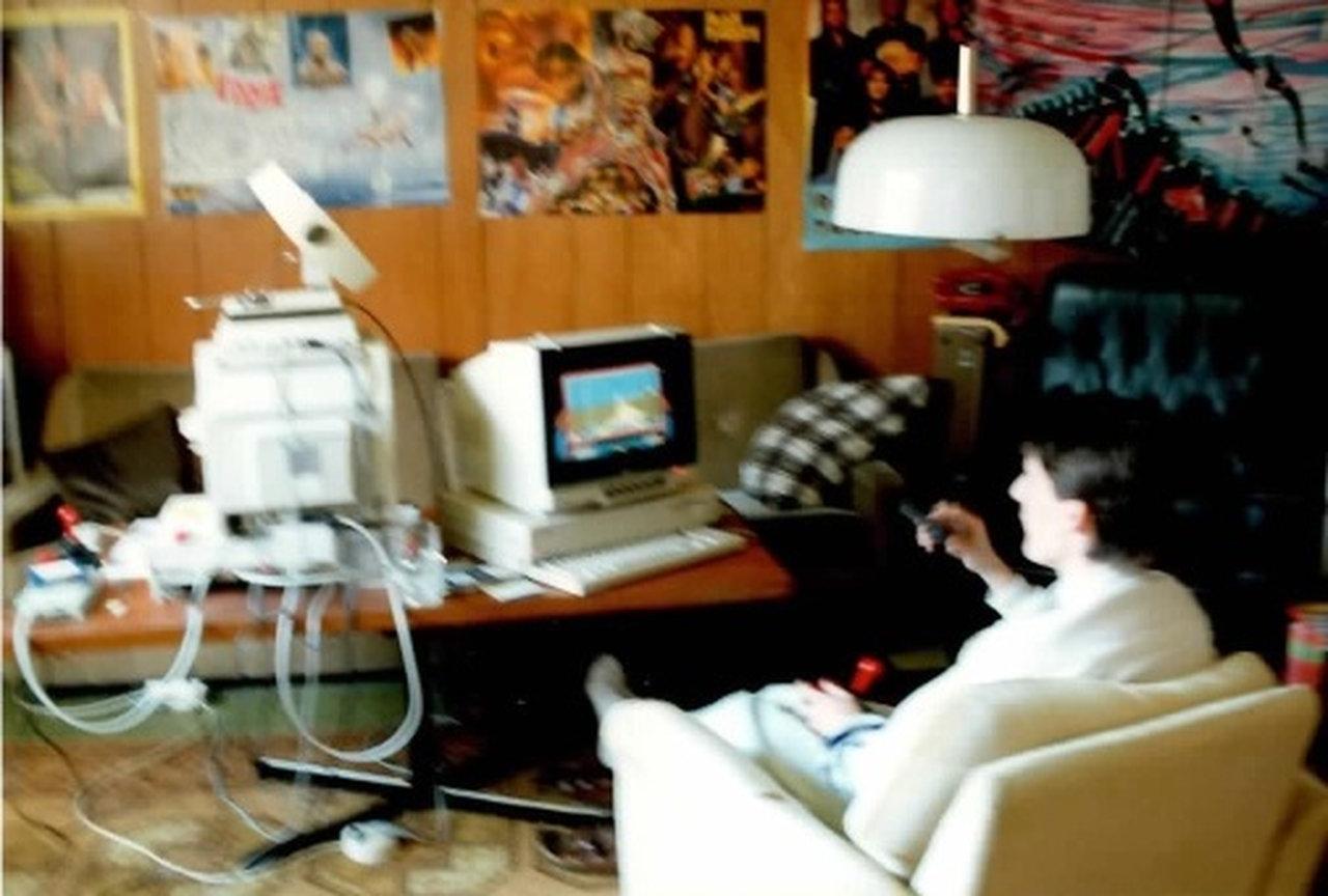 Das einzige Bild, das ich von mir und meinem Amiga 1000 gefunden habe. Es ist Anfang 1990 aufgenommen worden. Mein Amiga ist der linke im Bild. Auch wenn das Bild unscharf ist; ich spiele unverkennbar Stunt Car Racer. (Bild: Michael Müller)
