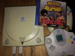 """Im Bild ist die Sega Dreamcast meines Bruders zu sehen. Das Spiel Ready 2 Rumble hatte ihn """"angefixt"""". Ja genau so hat er sich ausgedrückt. Die Konsole musste er unbedingt haben und wurde deshalb sofort spontan gekauft. Kein Fehlkauf wie ich finde. (Bild: Ferdinand Müller)"""