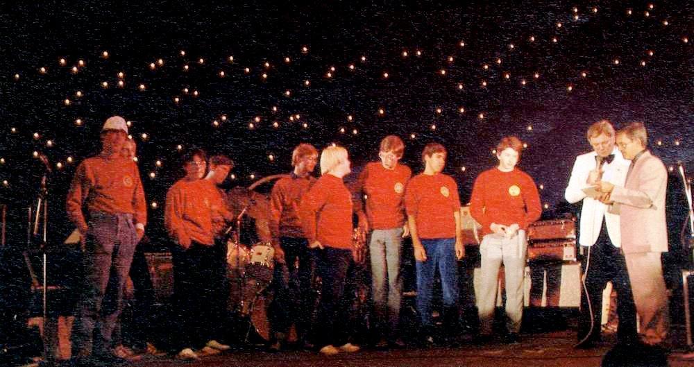 Junge Videospieler unter dem Sternenhimmel. Impression von der Weltmeisterschaft von 1983. (Bild: Marshall Cavendish)