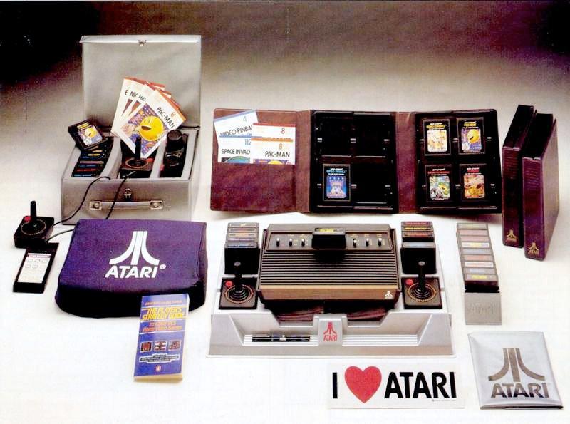 Die Atari VCS Konsole mit Zubehör. Gut sortierte Sammlung inklusive eines Players Strategy Guide. (Bild: Atari)