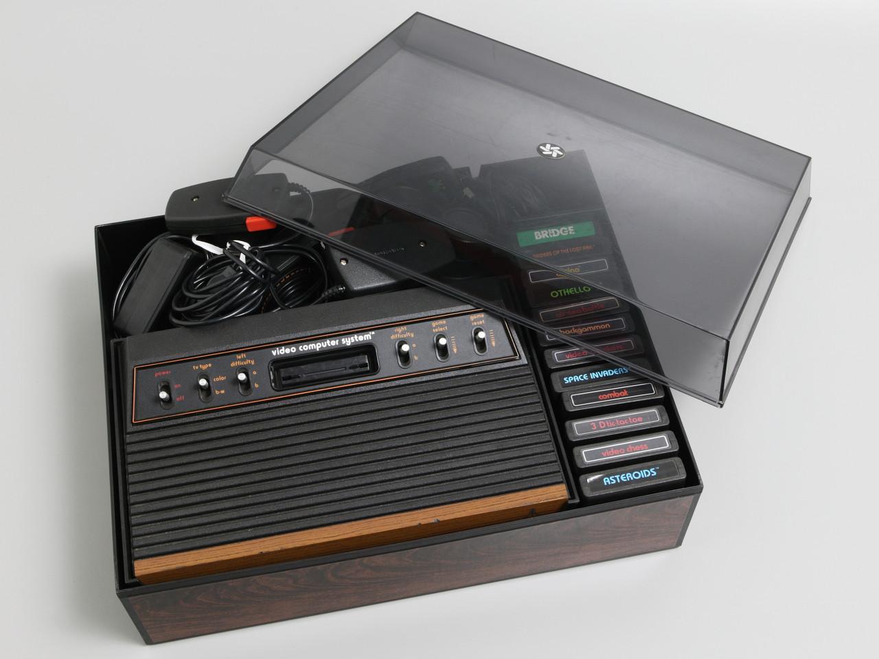 Ein Atari VCS mit Joysticks und diversen Spielmodulen. (Bild: powerhousemuseum.com)