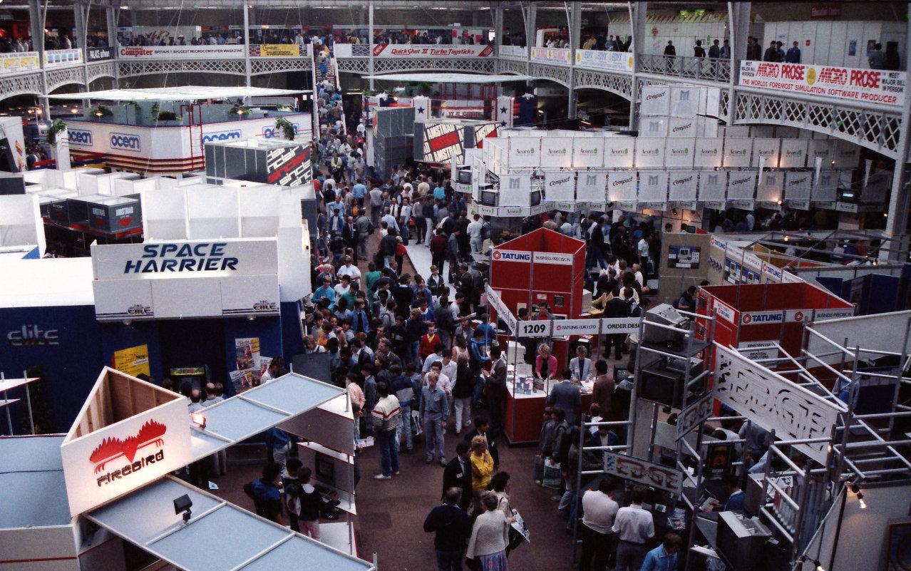PCW 1986: London hat die erste europäische Computermesse - geöffnet sowohl für Profis, als auch die spielende Jugend.