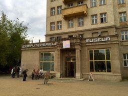 Der Eingang des Museums in der Karl-Marx-Allee 93a. (Bild: André Eymann)
