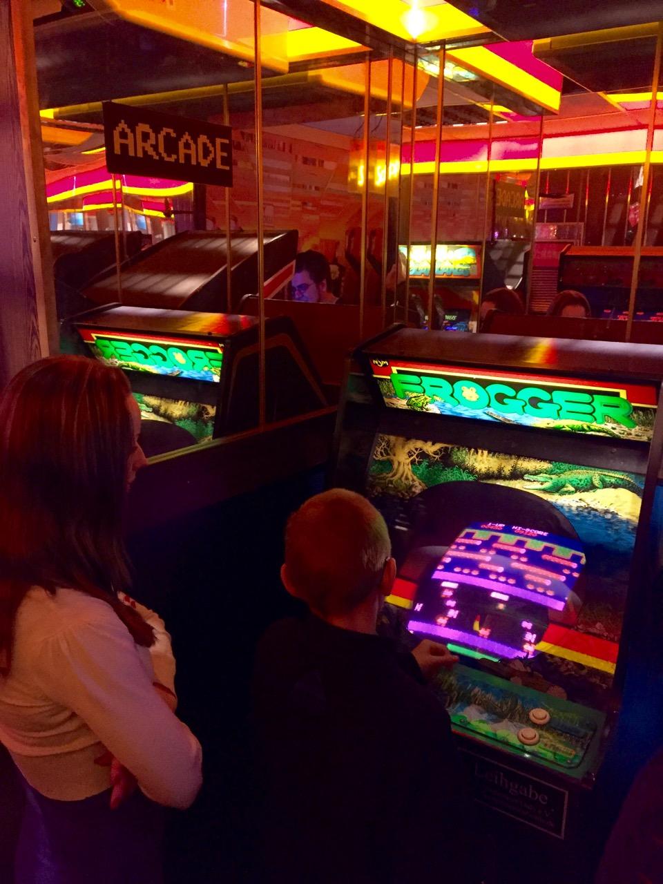 """""""Froggern"""" in der Arcade des CSM. (Bild: André Eymann)"""