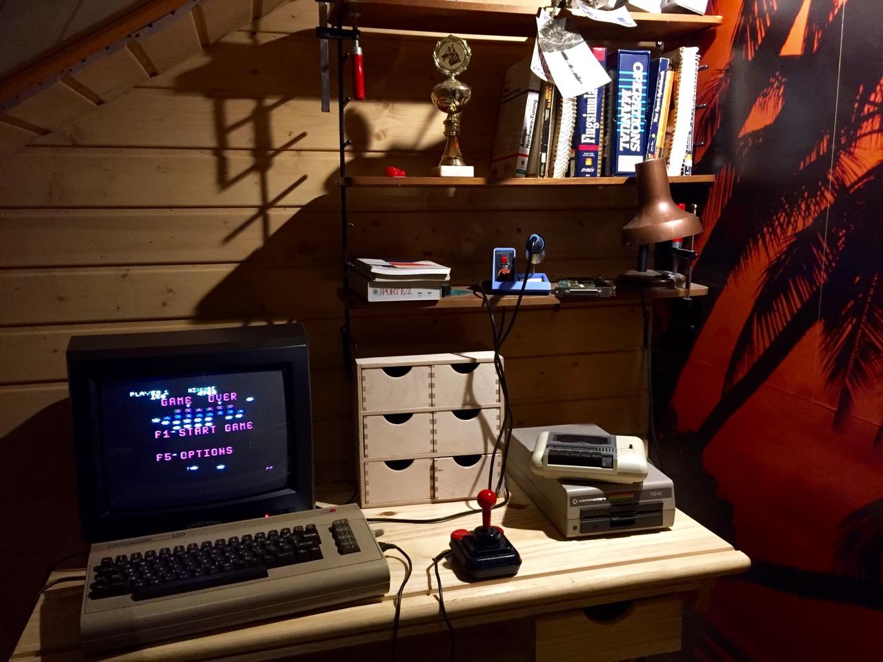 Hacker-Ecke der 80er. Der legendäre C64 samt Floppy und Datasette. (Bild: André Eymann)