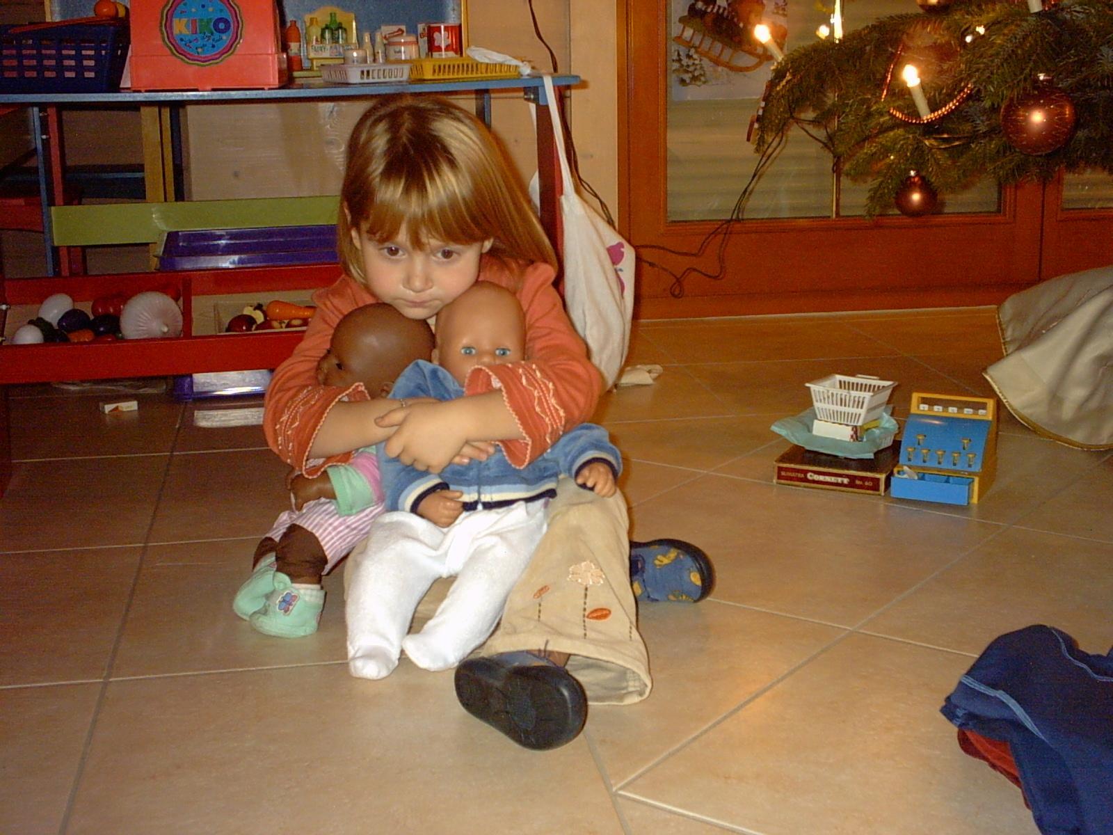 """Lara (hier 4 Jahre alt) scheint sich im glückseligen Zustand des """"Bei-sich-Seins"""" zu befinden. Gut, das Lara - mittlerweile ist sie 16 - nie auf die Idee kommen würde, auf Videospielgeschichten.de zu surfen. Das hoffe ich jedenfalls; sonst könnte es Ärger geben. Bild: Ferdinand Müller."""