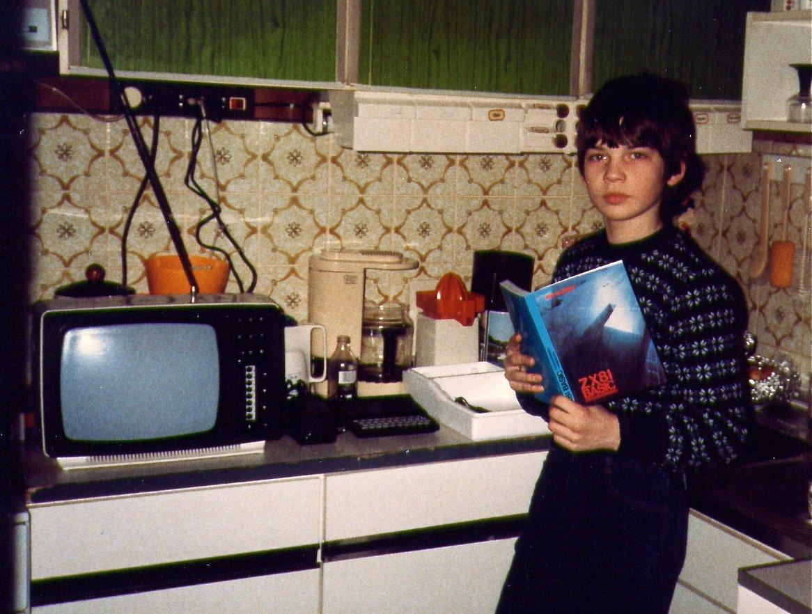 Der ZX81 als Weihnachtsgeschenk 1984. Sofort wurde das mitgelieferte Handbuch studiert. (Bild: André Eymann)
