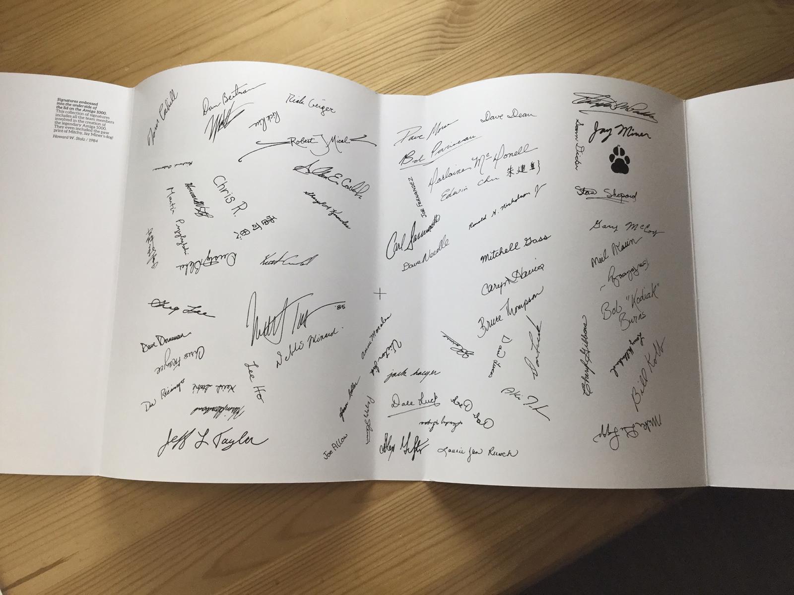 Schöne Idee: Die Unterschriften der Amiga-Entwickler im Bucheinschlag (Bild: Ferdinand Müller)
