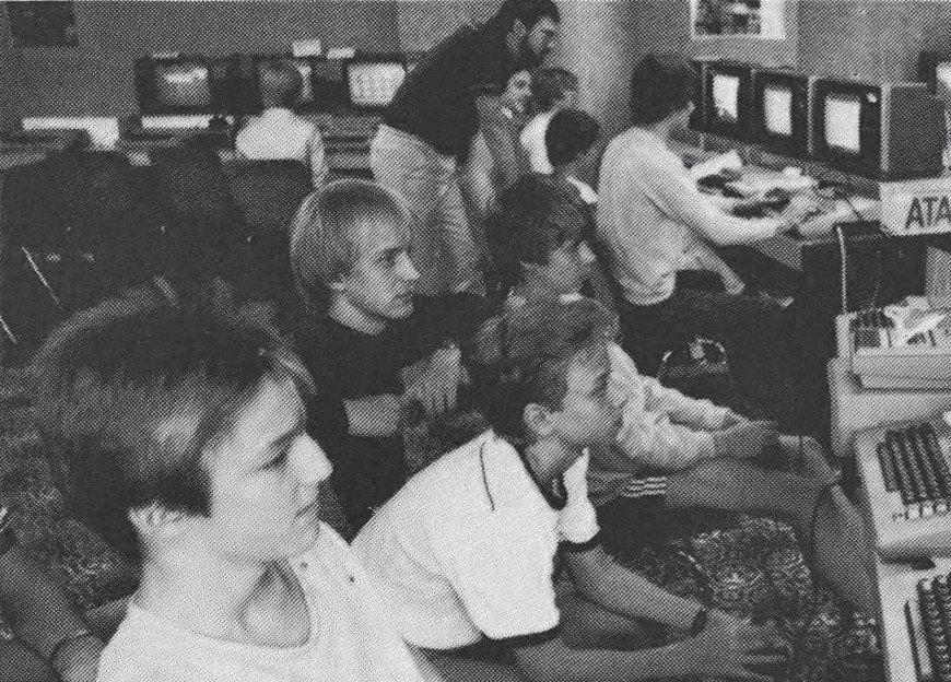 Computerkids in einem Computer-Ferienlager/Atari Computer Camp im Jahr 1983. (Bild: Prospekt Hotel Sauerland Stern/Kölner Stadt-Anzeiger, 1984)