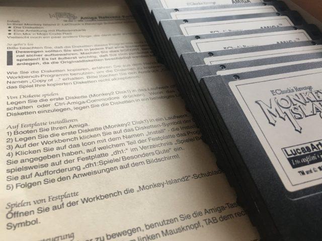 """Monkey Island 2: Le Chuck's Revenge: Die feinen 11 Disketten mit dem Karibikabenteuer in 32 Farben installiert man am Beste den Amiga-Volume dh1 unter """"Spiele/Besonders Gute"""". Der Spielfluß wäre dankbar, denn Spiele wurden ab 1990 im größer designt. (Bild: Andreas Wanda)"""