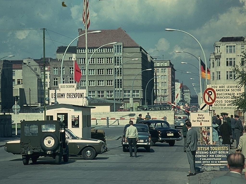 Checkpoint der US Army an der Friedrichstraße zwischen West- und Ostberlin. (Bild: Sunflowers)