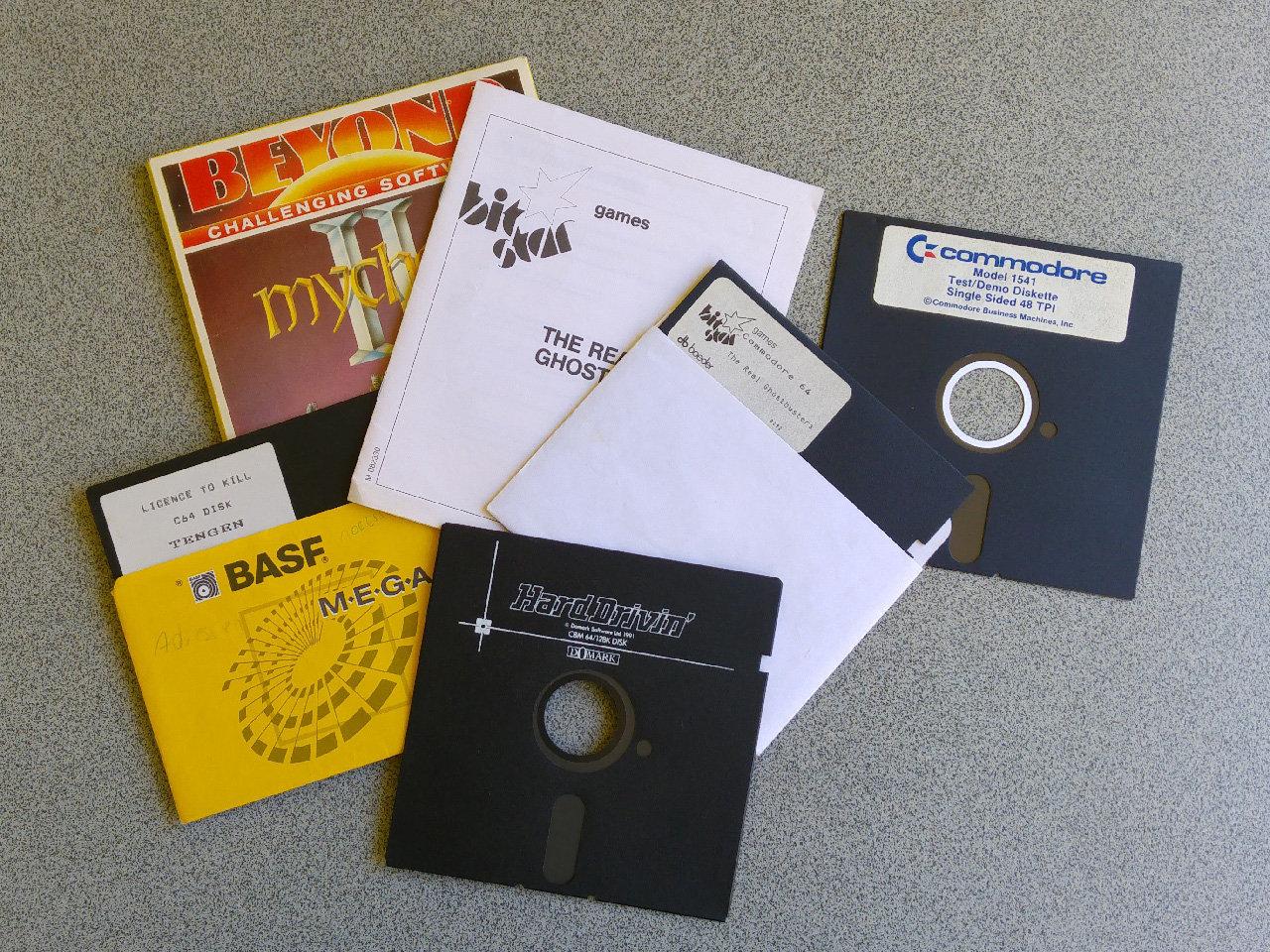 Die schlabbrigen 5 ¼ Zoll Disketten fassten pro Seite 664 Blocks (ca 166KB) und mussten manuell gewendet werden. War sie auf der rechten Seite ausgestanzt, war der Schreibschutz auf dieser Seite aufgehoben. (Bild: Leopold Brodecky)
