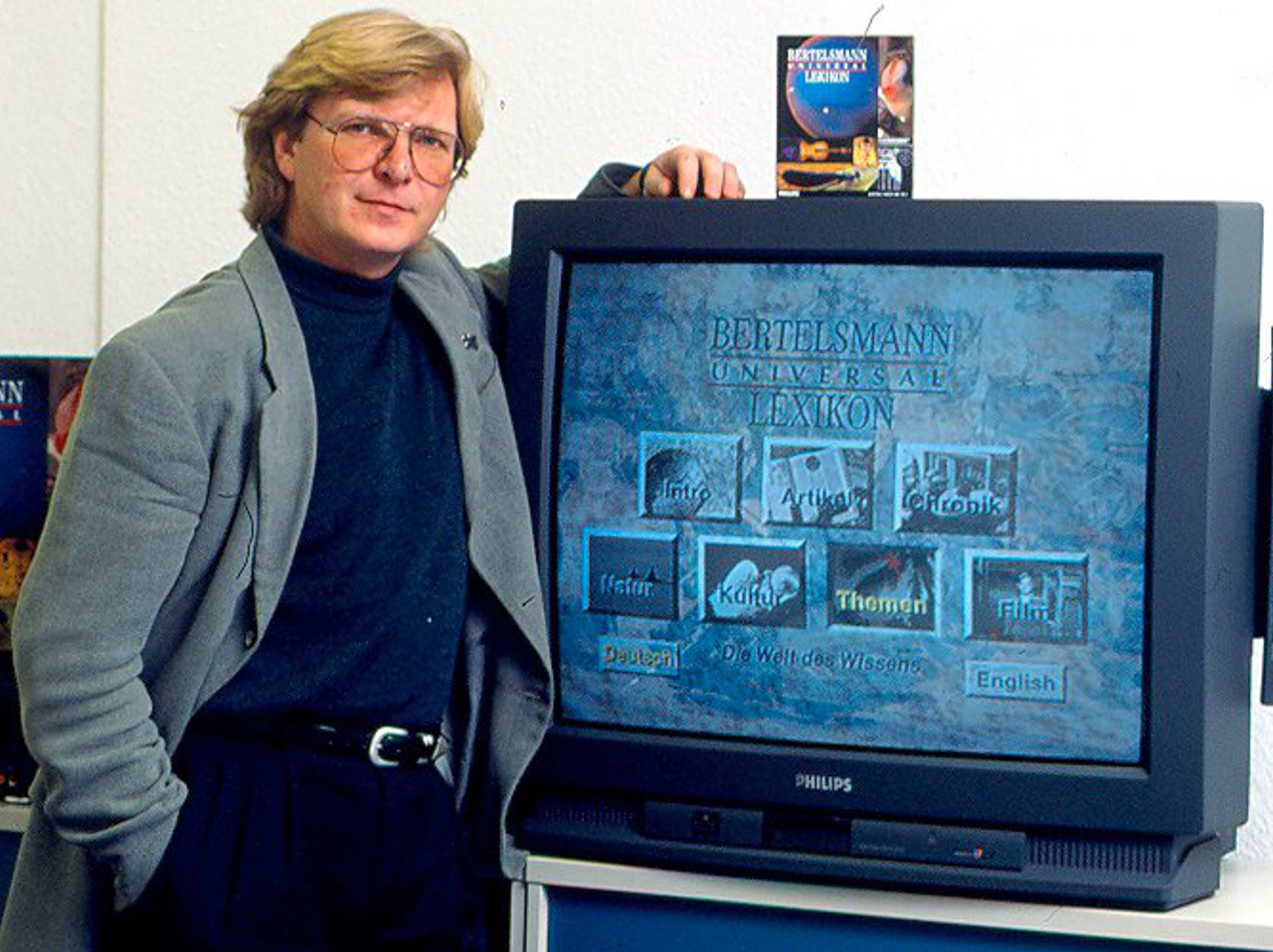 """Winrich Derlien präsentiert das """"Bertelsmann Universal Lexikon"""". (Bild: Winrich Derlin)"""
