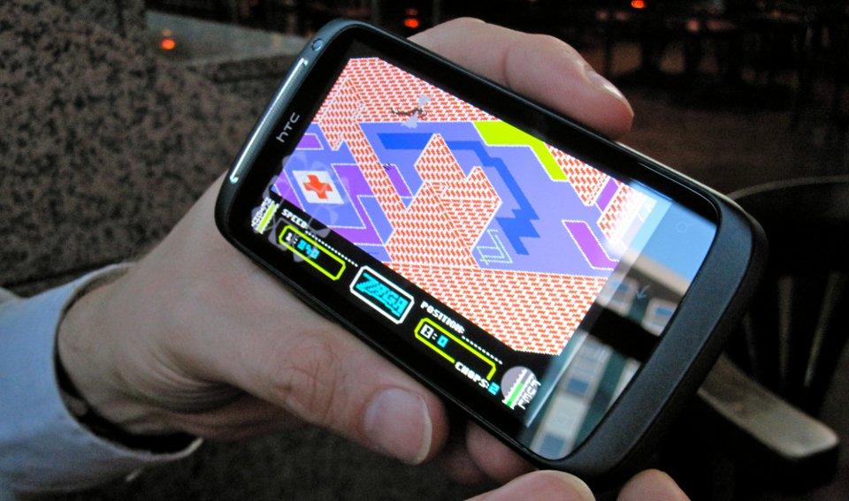 Henrik Wening präsentiert Zaga von 1984 in einer Commodore 64-Emulation auf seinem aktuellen Smartphone. Das von Zaxxon inspirierte Spiel hat nur wenig mit seinem Vorbild gemeinsam. Hier wird nicht geschossen, sondern fliegerisches Können belohnt. (Bild: André Eymann)