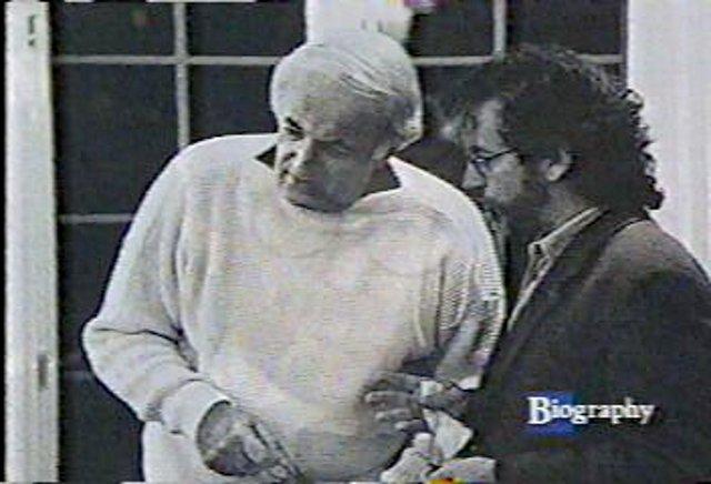 Steven Spielberg (rechts im Bild) unterhält sich mit Steve Jay Ross. (Bild: Atari)