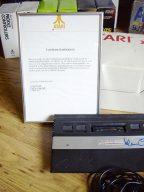 Die erste deutsche Atari 2600 Jr. Konsole. Ein persönliches Dankeschön von Anton Bruehl an Klaus Ollmann im Dezember 1984. (Bild: Klaus Ollmann)