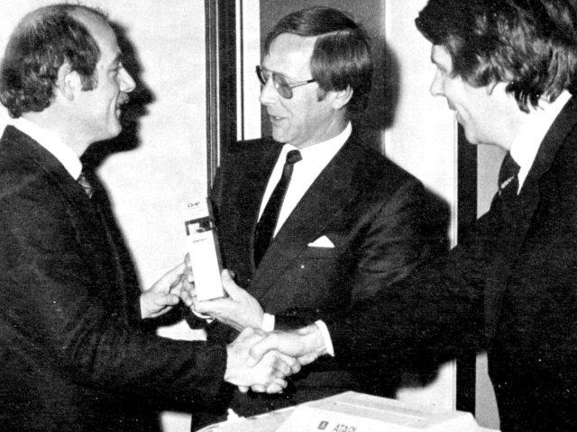 Klaus Ollmann (links) bei einer Preisverleihung der Computerzeitschrift CHIP. (Bild: Marshall Cavendish)