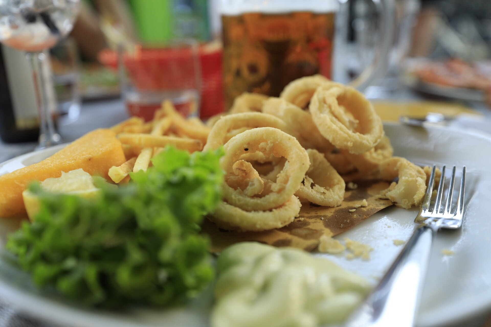 Salat, Fritten und Scampi gehören zu jedem Bibione-Besuch, genauso wie eine gepflegte Runde im Sala Giochi ums Eck. (Foto: Andreas Wanda)