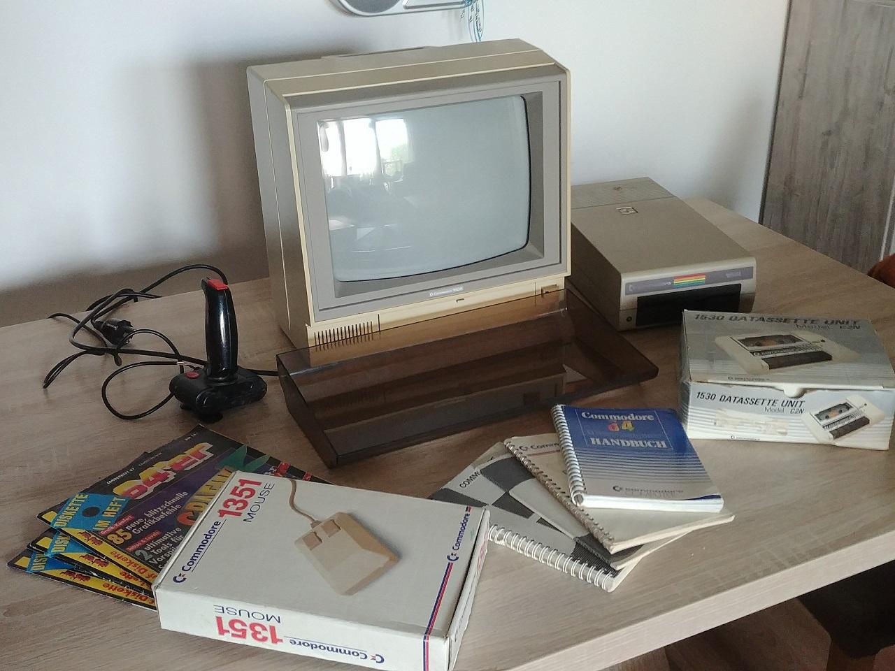 Typische Grundausstattung eines Commodore 64-Benutzers. Nur der Commodore 64 selbst fehlt bei diesem Setup. (Bild: Leopold Brodecky)