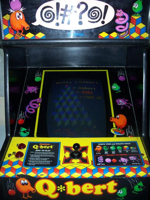 Schade, dass Technologie schon so fortschrittlich ist: In Ermangelung technischer Möglichkeiten musste Handlung und Spielprinzip in wunderschönen Illustrationen am Spielautomaten angebracht dem potentiellen Spieler vermittelt werden. Physisch appliziert, greifbar, eine antropromorphe Orange. Nix DLC. Hand auf den Automaten und da war man...wo man heute nicht mehr sein kann. (Foto: Basement Arcade)