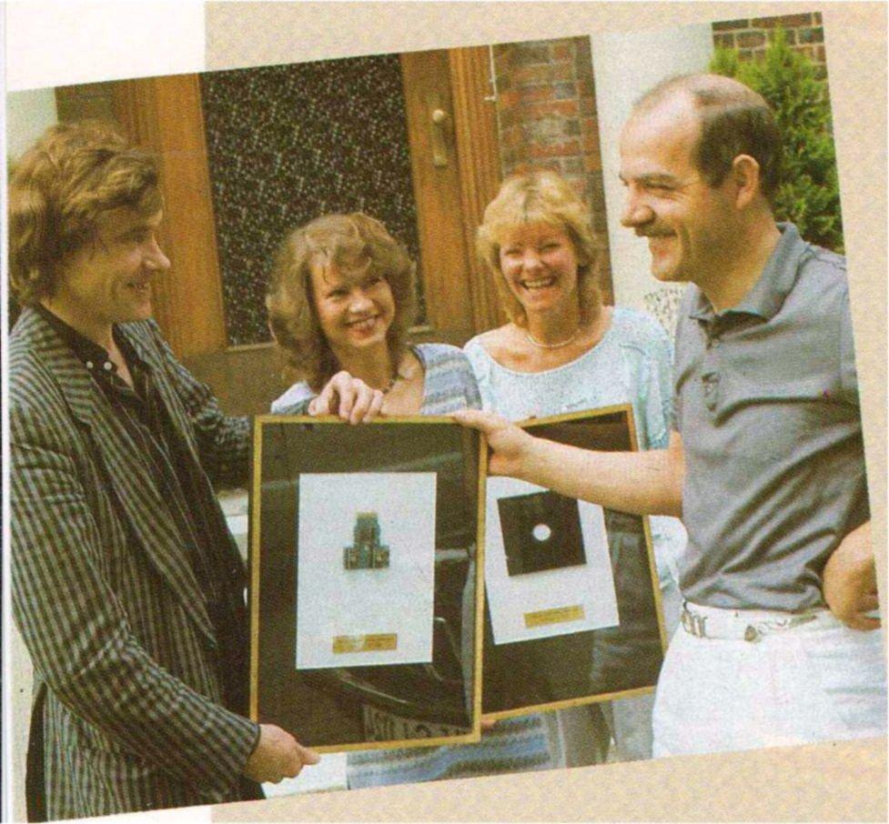 Bei einer Preisübergabe im Jahre 1983 durch die Zeitschrift Telematch. Auf dem Foto zu sehen (von links): Hartmut Huff, Elke Leibinger, Renate Knüfer und Klaus Ollmann. (Bild: Marshall Cavendish Verlag)