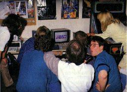 Spiele-Test in der Power Play-Redaktion. Begeisterung vor dem Commodore-Monitor. (Bild: Future Verlag)