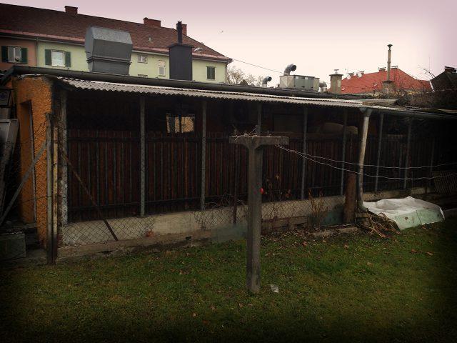 """In die Jahre gekommen, überdachter """"Gastgarten"""" vom ehemaligen Kager. (Bild: Privatarchiv)"""