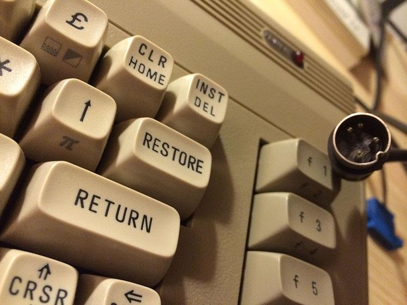 Weiße Tastatur mit Symbolen auf der Vorderseite der Tasten. (Bild: Stefan Vogt)