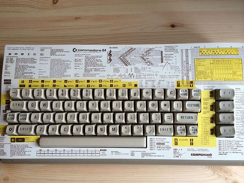 """C64 """"Aldi"""" mit Compumask, Erläuterungen zu Charcodes und grundlegenden Befehlen. (Bild: Stefan Vogt)"""