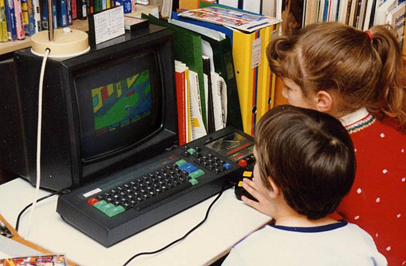 Kinder spielen an einem Amstrad CPC 464. (Bild: Adrian Pingstone, Wikimedia Commons)