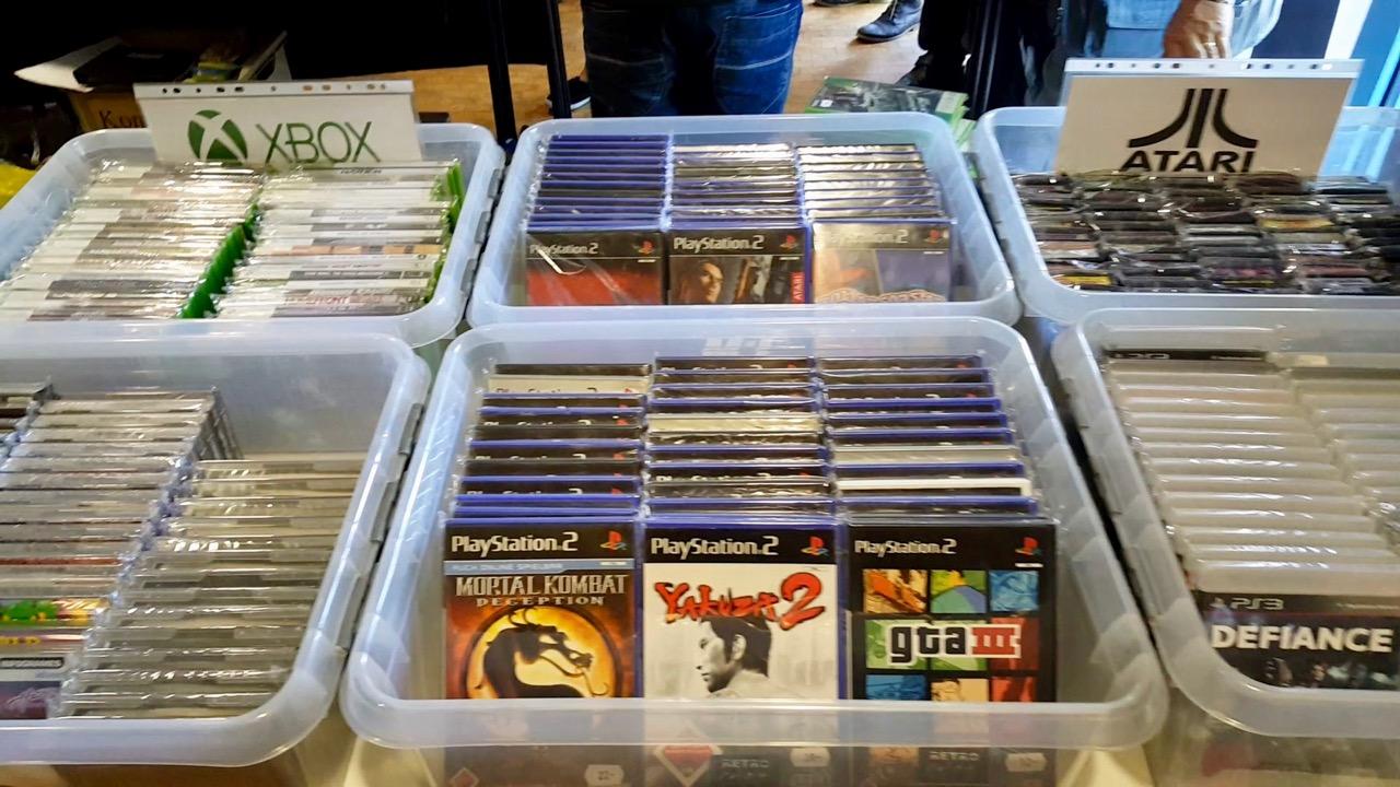 Eine Wühlkiste mit PS2-Titeln. (Bild: Rüdiger Dinges)