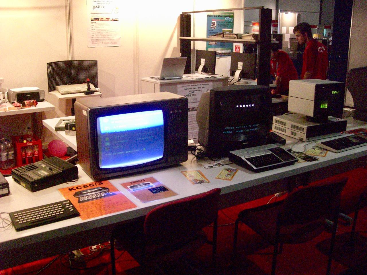 Heimcomputer in der Sonderausstellung. Unter anderen gab es hier auch DDR-Computer wie den KC85/3 zu sehen. (Bild: André Eymann)