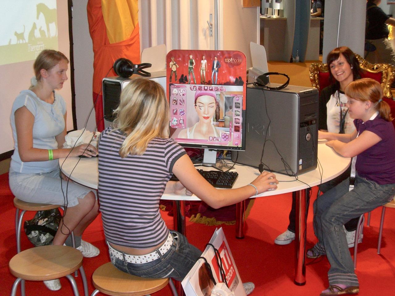 """Mädchen beim Ausprobieren von """"Germany's Next Topmodel"""". (Bild: André Eymann)"""