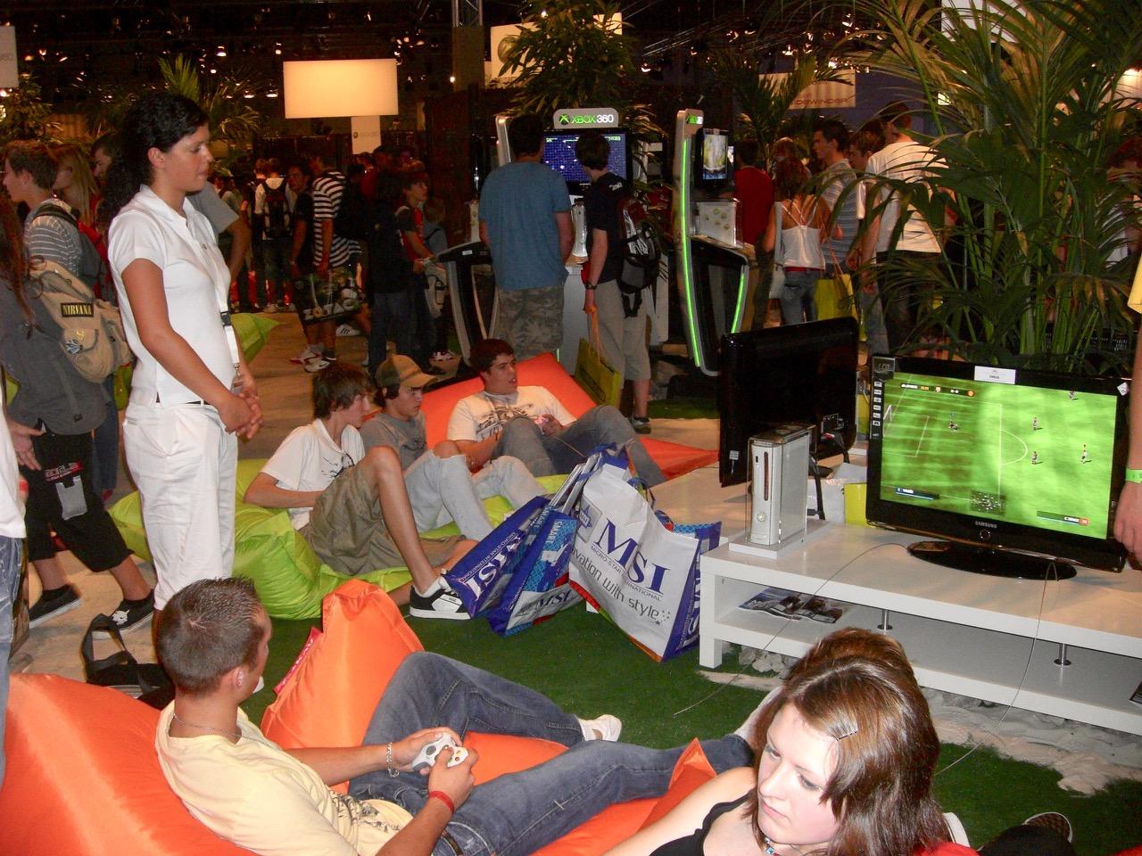 Sitzen, Liegen, Spielen mit der Xbox 360 auf dem Stand von Microsoft. (Bild: André Eymann)