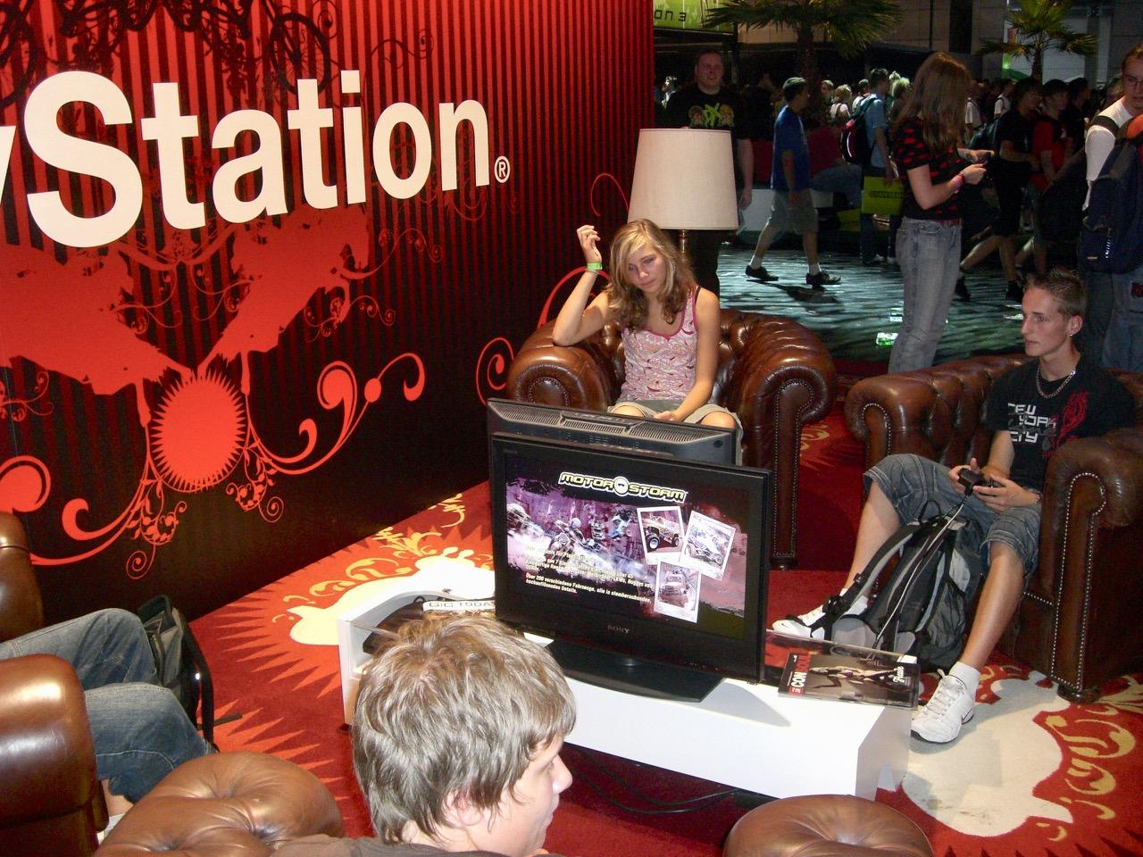 Der PlayStation-Stand von Sony ließ seitens Austattung keine Wünsche offen. Hier wurde MotorStorm gespielt. (Bild: André Eymann)