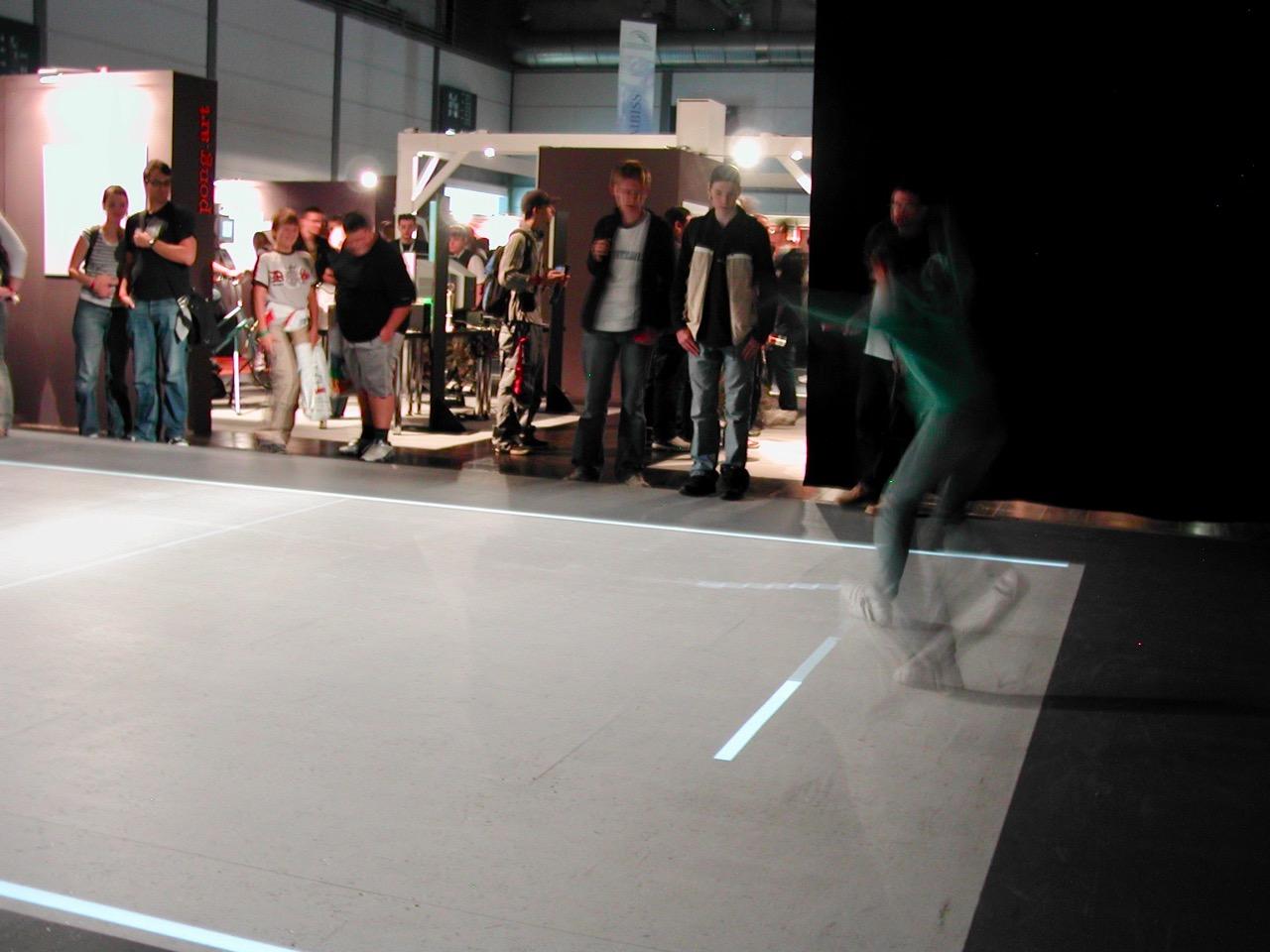 Pong mit vollem Körpereinsatz. Eine Installation des Computerspielemuseums in Berlin. (Bild: André Eymann)