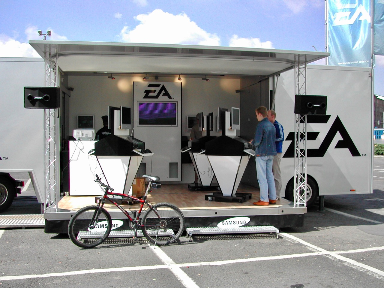Ein Truck mit Konsolen zum Spielen von EA. (Bild: André Eymann)