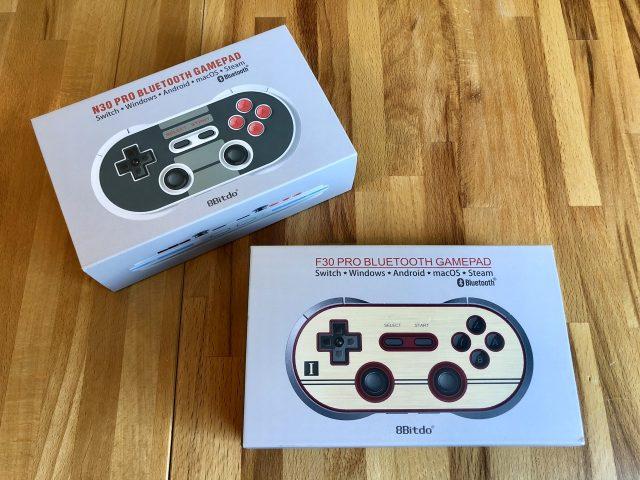 Die wunderschönen 8Bitdo Controller (N30 und F30) in ihren Originalverpackungen. (Bild: André Eymann)