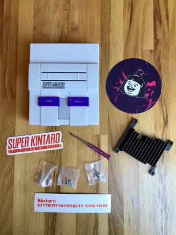 Das Super Kuma SNES Case von Kintaro sieht nicht nur stilecht aus, sondern besticht auch durch seine Qualität. Zusätzlich wird ein großes Heatsink mitgeliefert. (Bild: André Eymann)